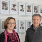 Bild von Prof. Megow (l) mit Prof. Teich vor der Wand der Bilder von abgeschlossenen Promotionen