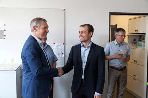 Prof. Teich congratulating S. Roloff, Prof. Kaup  in the background (from the left)